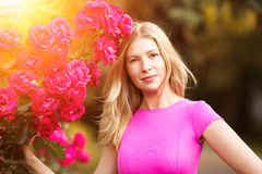 Giovane donna di modo della molla con le rose nel giardino di primavera springti Immagine Stock Libera da Diritti