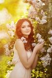 Giovane donna di modo della molla nel giardino di primavera primavera trendy Immagine Stock Libera da Diritti