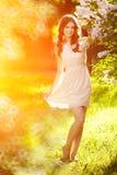 Giovane donna di modo della molla nel giardino di primavera primavera trendy Immagini Stock