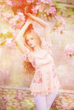 Giovane donna di modo della molla nel giardino di primavera primavera trendy Fotografie Stock