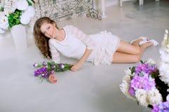 Giovane donna di modo della molla nell'interno d'annata di lux di primavera Sprin Immagine Stock Libera da Diritti
