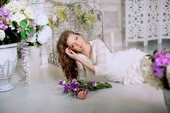 Giovane donna di modo della molla nell'interno d'annata di lux di primavera Sprin Immagini Stock Libere da Diritti