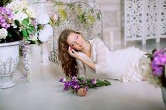 Giovane donna di modo della molla nell'interno d'annata di lux di primavera Sprin Fotografia Stock