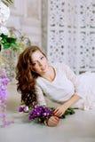 Giovane donna di modo della molla nell'interno d'annata di lux di primavera Sprin Immagine Stock