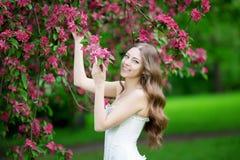 Giovane donna di modo della molla nella primavera Summertim del giardino di primavera Immagine Stock Libera da Diritti