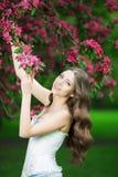Giovane donna di modo della molla nella primavera Summertim del giardino di primavera Immagini Stock Libere da Diritti