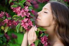 Giovane donna di modo della molla nella primavera Summertim del giardino di primavera Immagine Stock