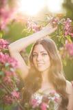 Giovane donna di modo della molla nella primavera Summertim del giardino di primavera Fotografie Stock