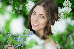Giovane donna di modo della molla nella primavera Summertim del giardino di primavera Fotografia Stock