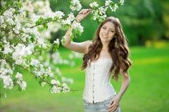 Giovane donna di modo della molla nella primavera Summertim del giardino di primavera Fotografie Stock Libere da Diritti