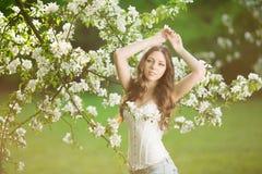 Giovane donna di modo della molla nella primavera Summertim del giardino di primavera Immagini Stock