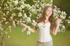 Giovane donna di modo della molla nella primavera Summertim del giardino di primavera Fotografia Stock Libera da Diritti