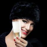 Giovane donna di modo di inverno in cappello di pelliccia che tosta con Champagne Fotografie Stock