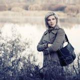 Giovane donna di modo nella camminata beige classica del cappotto all'aperto immagini stock libere da diritti