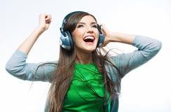 Giovane donna di moto con musica d'ascolto delle cuffie Teena di musica Fotografia Stock Libera da Diritti