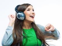 Giovane donna di moto con musica d'ascolto delle cuffie Teena di musica Fotografie Stock Libere da Diritti