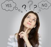 Giovane donna di pensiero con lo sì o no Fotografia Stock Libera da Diritti