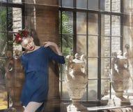 Giovane donna di pensiero nella posa blu del vestito fotografie stock libere da diritti