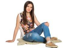 Giovane donna di rilassamento che si siede sul pavimento Fotografia Stock Libera da Diritti