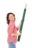 Giovane donna di risata con la matita verde enorme Fotografia Stock