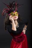 Giovane donna di romani che posa su carnaval con la maschera Fotografia Stock Libera da Diritti