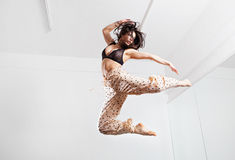 Giovane donna di salto su un trampolino Fotografia Stock Libera da Diritti
