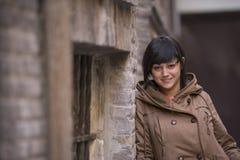 Giovane donna di sguardo moderna Fotografie Stock Libere da Diritti