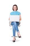 Giovane donna di smiley con il computer portatile Fotografie Stock Libere da Diritti