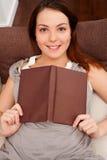 Giovane donna di smiley con il libro Immagine Stock