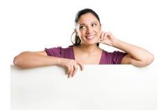 Giovane donna di sogno che tiene insegna in bianco Fotografia Stock Libera da Diritti