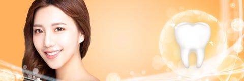 giovane donna di sorriso con il concetto bianco dei denti fotografia stock