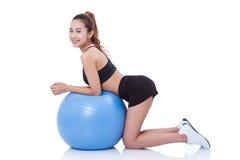 Giovane donna di sport che fa con la palla di forma fisica fotografia stock