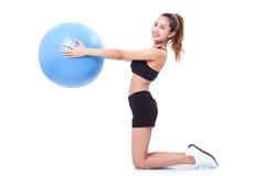 Giovane donna di sport che fa con la palla di forma fisica fotografia stock libera da diritti