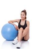 Giovane donna di sport che fa gli esercizi immagine stock