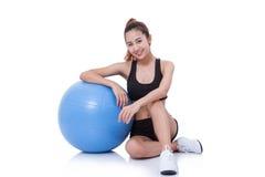 Giovane donna di sport che fa gli esercizi con la palla di forma fisica immagini stock