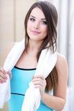 Giovane donna di sport con il tovagliolo immagine stock