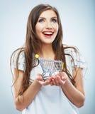 Giovane donna di stile casuale che posa sul fondo dello studio, Immagini Stock Libere da Diritti