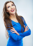 Giovane donna di stile casuale che posa sul fondo isolato dello studio Immagini Stock
