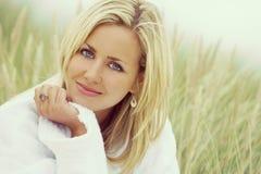 Giovane donna di stile di Instagram bella in abito bianco Immagini Stock