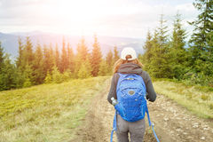 Giovane donna di viaggiatore con zaino e sacco a pelo che gode del viaggio della montagna Immagini Stock