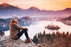 Giovane donna di viaggio che considera tramonto sul lago Bled, Slovenia, Fotografia Stock Libera da Diritti