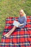 Giovane donna di vista superiore con il computer portatile all'aperto Fotografie Stock