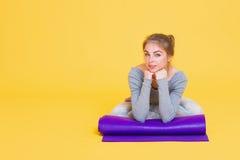 Giovane donna di yogini prima del vetro di yoga Immagini Stock Libere da Diritti