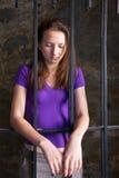 Giovane donna dietro le barre immagine stock libera da diritti