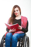 Giovane donna disabile in sedia a rotelle con il libro fotografia stock libera da diritti