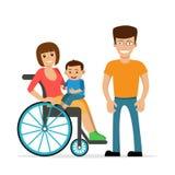 Giovane donna disabile in sedia a rotelle con il suoi figlio e marito Immagini Stock Libere da Diritti