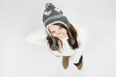Giovane donna dolce in abbigliamento di inverno che cerca e che sorride. Fotografie Stock