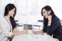 Giovane donna due e grafico finanziario Fotografia Stock