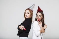 Giovane donna due in rivestimenti sul partito Fotografie Stock Libere da Diritti