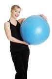 Giovane donna durante il tempo di forma fisica Fotografia Stock Libera da Diritti